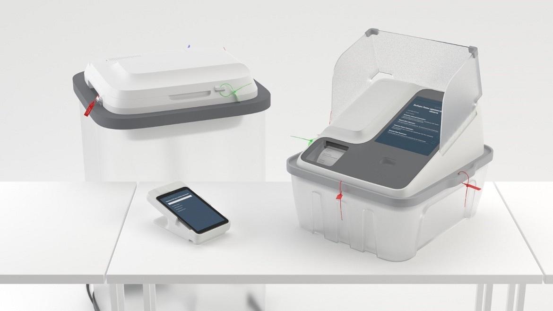Машины для электронного голосования Polys. Слева направо: принтер, активатор, терминал для голосования.